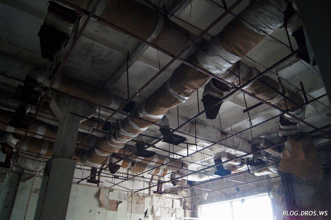 Вот так хитро расползалась вентиляция под потолком аппаратных