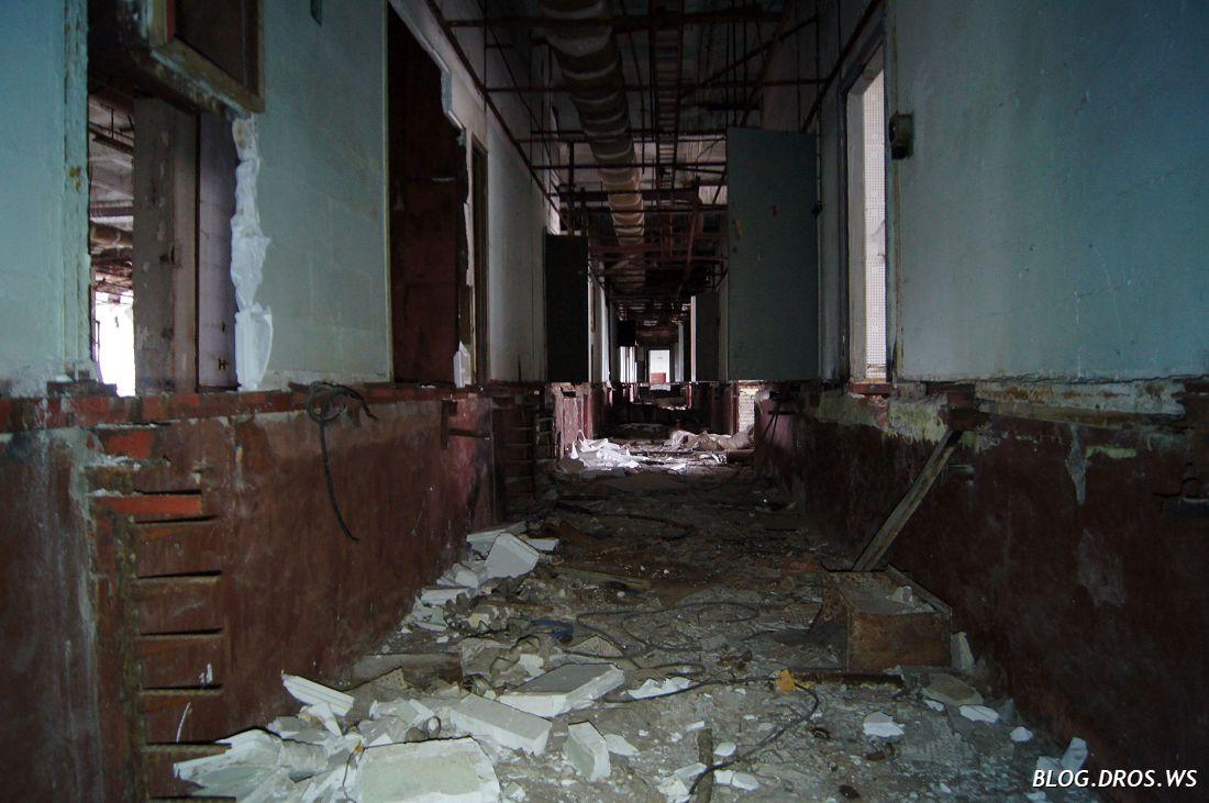 Осевой коридор. Слева видны кабельросты.
