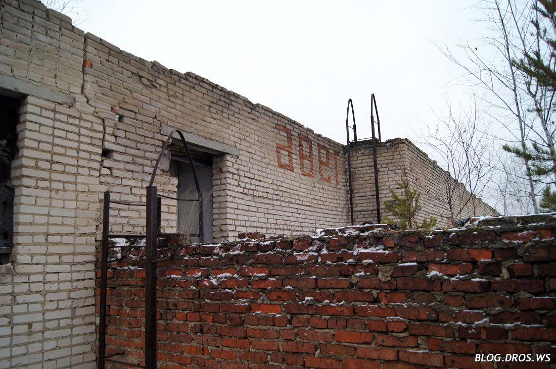 Фотка не отзеркалена, там на самом деле так. При чем - с обратной стороны этой надписи не видно, там крыша.