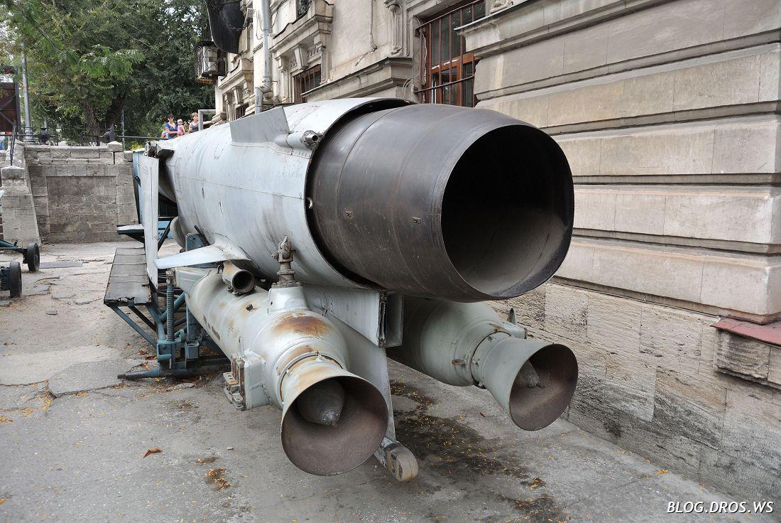 Снизу 2 стартовых ускорителя суммарной тягой 25 тонн