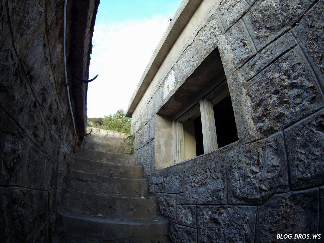 Лестница между корпусами на следующий уровень
