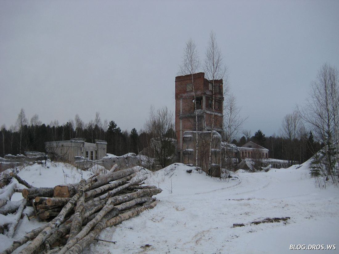 Останки башни элеватора и административное здание на заднем плане